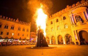 Bologna, rogo in Piazza Maggiore